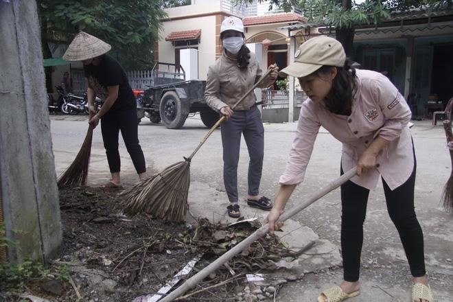 Hà Nội: 10 ngày sau lũ, người dân Tân Tiến rắc vôi bột trắng đường phòng bệnh dịch - Ảnh 10.