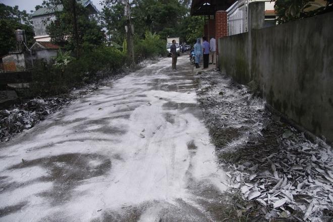 Hà Nội: 10 ngày sau lũ, người dân Tân Tiến rắc vôi bột trắng đường phòng bệnh dịch - Ảnh 11.