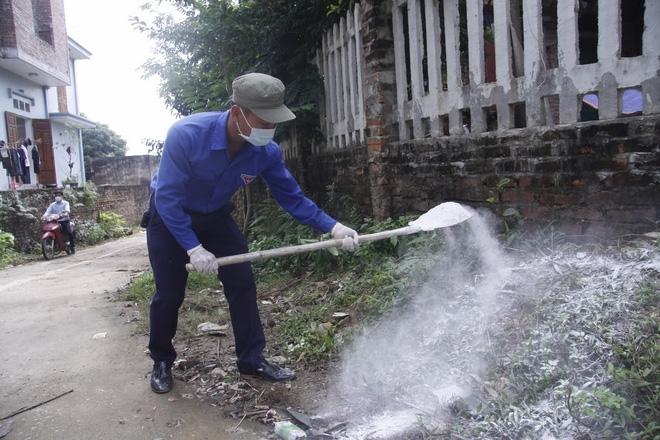 Hà Nội: 10 ngày sau lũ, người dân Tân Tiến rắc vôi bột trắng đường phòng bệnh dịch - Ảnh 13.