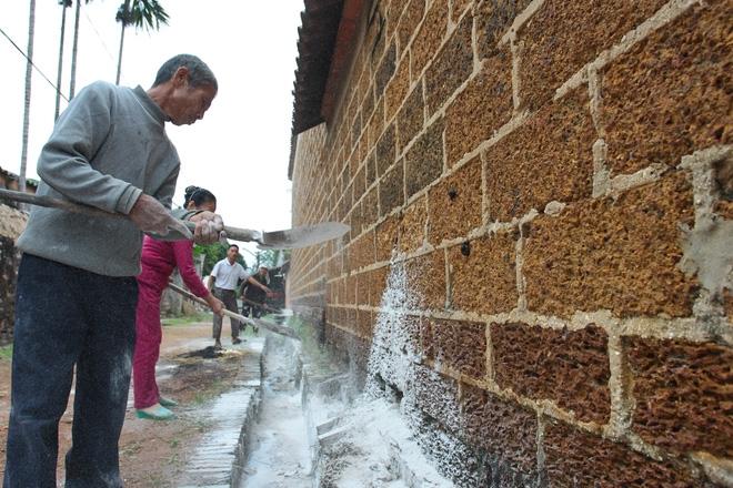 Hà Nội: 10 ngày sau lũ, người dân Tân Tiến rắc vôi bột trắng đường phòng bệnh dịch - Ảnh 14.