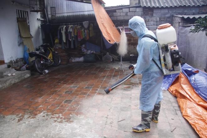Hà Nội: 10 ngày sau lũ, người dân Tân Tiến rắc vôi bột trắng đường phòng bệnh dịch - Ảnh 17.