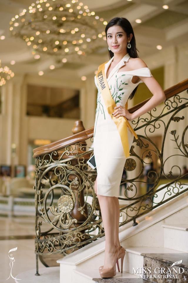 Huyền My giành vị trí vedette trên sân khấu đêm chung kết Hoa hậu Hòa bình 2017 - Ảnh 1.