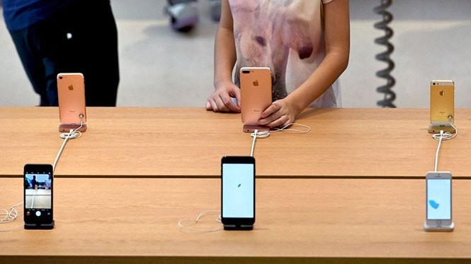 """Một lượng lớn khách hàng đang """"ngó lơ"""" iPhone 8 vì iPhone X  /// Ảnh: AFP"""
