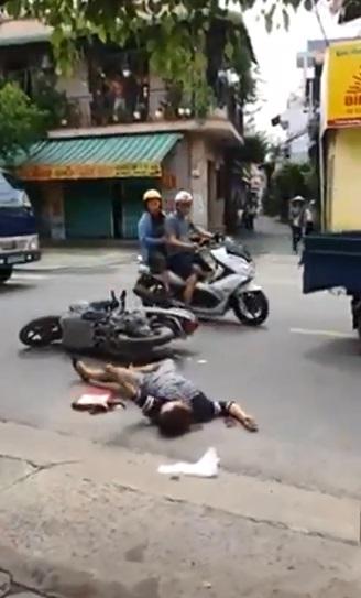 Người phụ nữ co giật vì tai nạn giao thông và cái nhìn lạnh lùng của người đi đường  - Ảnh 1.