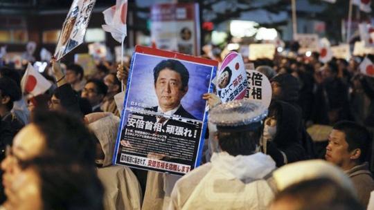 Siêu bão tấn công Nhật ngày bầu cử, ông Abe đắc lợi - Ảnh 1.