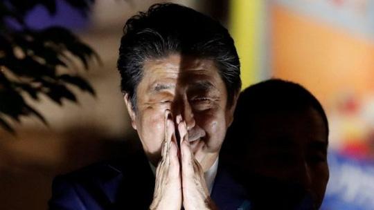 Siêu bão tấn công Nhật ngày bầu cử, ông Abe đắc lợi - Ảnh 3.