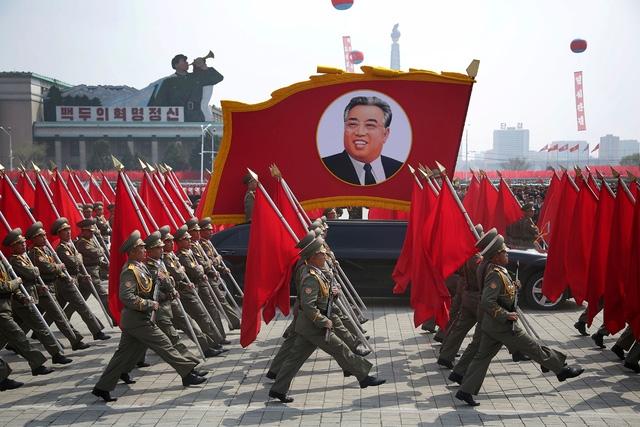 Quân đội Triều Tiên diễu binh ở thủ đô Bình Nhưỡng (Ảnh: Reuters)