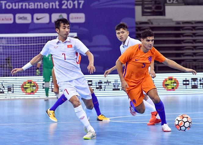 Futsal Việt Nam (áo trắng) đã có trận hòa 2-2 với Hà Lan /// Anh Tú