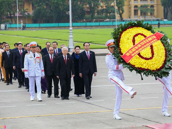 Đại biểu Quốc hội viếng Chủ tịch Hồ Chí Minh