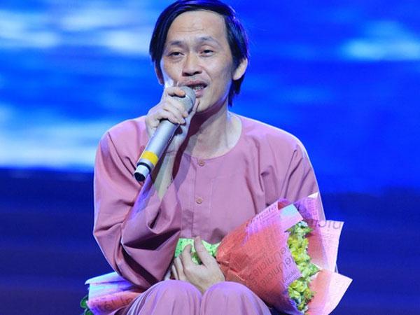 Hoài Linh ngồi bệt hát