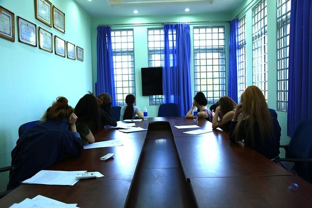 Nhóm thiếu nữ được đưa về cơ quan Công an lấy lời khai.