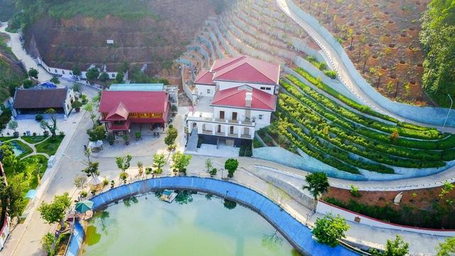 Khu dinh thự hoành tráng xây dựng trên diện tích 13.000m2 của gia đình ông Phạm Sỹ Quý, Giám đốc Sở TN-MT Yên Bái (Ảnh: Toàn Vũ).