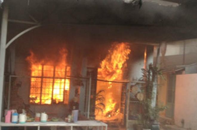 Chồng phóng hỏa đốt nhà, bóp cổ vợ xong ra ban công gọi điện báo cảnh sát - Ảnh 1.