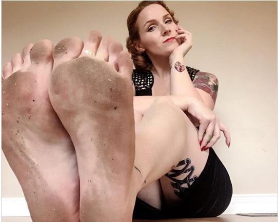 Các yêu cầu chụp bàn chân lấm bẩn hay nhúng chân trong đồ ăn là không hề ít