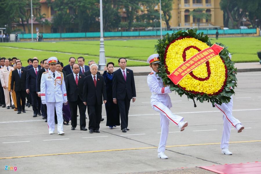 Dai bieu Quoc hoi vieng Chu tich Ho Chi Minh hinh anh 4