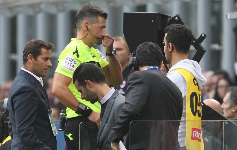 Danh nguoi chay mau dau, tham hoa Bonucci khien fan Milan buc xuc hinh anh 3
