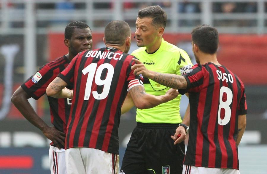Danh nguoi chay mau dau, tham hoa Bonucci khien fan Milan buc xuc hinh anh 5