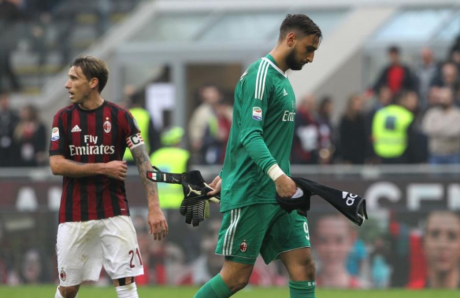 Danh nguoi chay mau dau, tham hoa Bonucci khien fan Milan buc xuc hinh anh 8