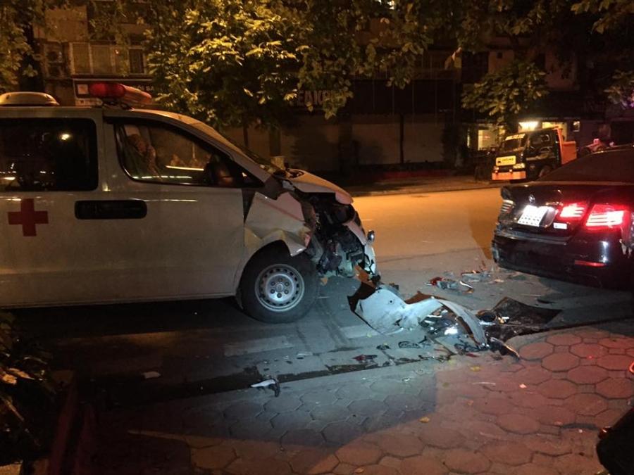 Hà Nội: Xe cứu thương tông nát đuôi xe BMW - Ảnh 1.