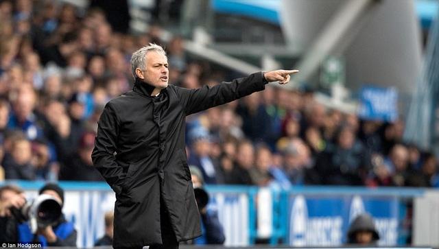 Mourinho bị chỉ trích về cách dùng người trong trận đấu với Huddersfield
