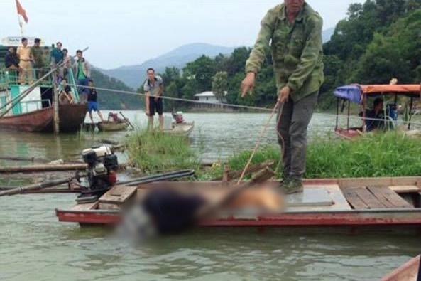 Hòa Bình: Nam thanh niên chết trong tư thế đầu chúc xuống nước, người trên thuyền - Ảnh 1.