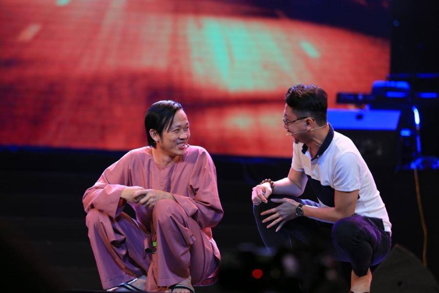 Hoài Linh ngồi bệt hát Hàn Mặc Tử trên sân khấu Hà Nội