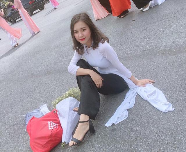 Nhung chỉ mang giày cao gót để phù hợp với hình ảnh tập thể. Sở thích của cô là những đôi giày thể thao êm nhân, dễ dàng vận động