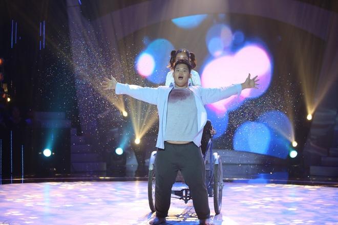 Việt Hương bật khóc trước phần trình diễn xúc động của thí sinh Bước nhảy ngàn cân - Ảnh 1.
