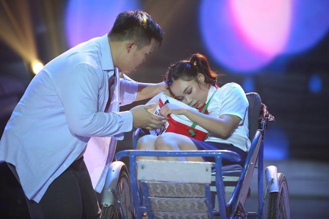 Việt Hương bật khóc trước phần trình diễn xúc động của thí sinh Bước nhảy ngàn cân - Ảnh 2.