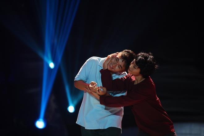 Việt Hương bật khóc trước phần trình diễn xúc động của thí sinh Bước nhảy ngàn cân - Ảnh 5.