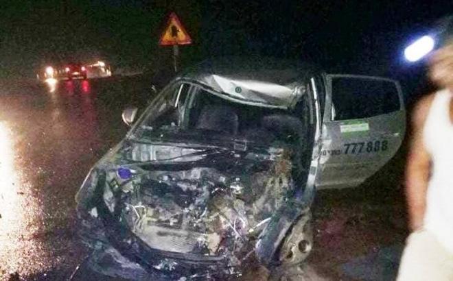 Xe khách đâm nát đầu taxi, 3 người nhập viện nguy kịch